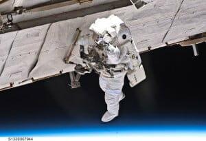 宇宙遊泳している宇宙飛行士のまわりは真空(c)NASA