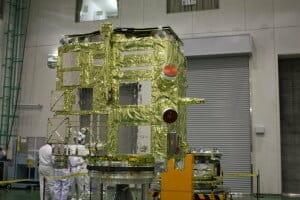 金色の断熱フィルムに覆われた、打ち上げ前の金星探査機「あかつき」。(c)JAXA