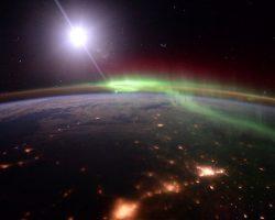 宇宙から見たオーロラ…美しすぎて息を呑む