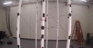 MITのドローンが立体機動装置みたいに障害物を避けまくる!