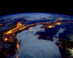 宇宙から見た地中海の夜景って、こんなに美しいんだ…