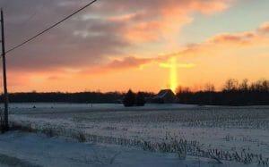 使徒襲来!? 日の出の写真から巨大な十字架が発見される