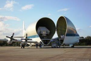 NASAの宇宙船、とんでもない形の飛行機で運ばれる