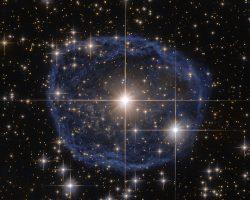 まるで宝石! ハッブルがとらえた青い泡状の星雲