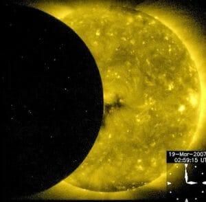 皆既日食をX線で捉えた動画が、見たこともないほどド迫力