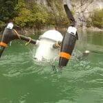 水中からザバッ! 潜水型ドローンは2ヶ月間も水中待機が可能