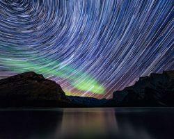 流れる星とオーロラのコラボレーションが息を呑む美しさ