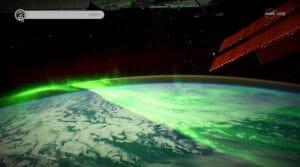 まるで緑の絨毯! 輝くオーロラと焼ける大地の4K映像が公開