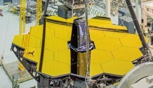宇宙の始まり解明へ 「ジェイムズ・ウェッブ宇宙望遠鏡」 黄金の主鏡が完成