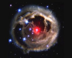 宇宙に輝く赤いルビー。その正体は星の共食いだった