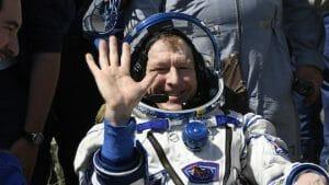 宇宙飛行士3人、笑顔で地球に帰還。ISSでの滞在は約半年