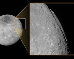 冥王星の月で「スーパー・グランドキャニオン」観測。宇宙スケールのデカさ!