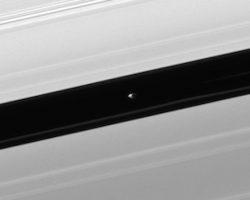 土星の環に潜む小さな衛星「パン」が撮影される