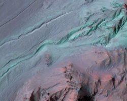 火星の渓谷、実は「液体の水」が作ったものではない?:NASAが報告