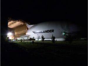 闇夜にのっそり。世界最大の航空機「Airlander 10」が一般にお披露目