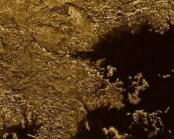 土星惑星タイタンにて「液体メタンに浸かった渓谷」を発見