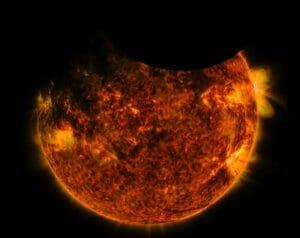 ダブル食の奇跡! 太陽を地球と月が横切る瞬間を観測衛星が捉える