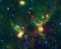 宇宙からの襲来? スタートレックの宇宙船っぽい星雲が撮影される