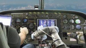 副操縦士はロボット!? DARPAがロボットアームによる飛行支援システムを開発中