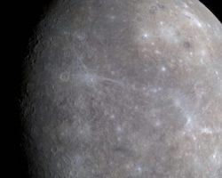 水星に巨大な渓谷を発見 同惑星の縮小活動を示唆 メッセンジャーのデータより