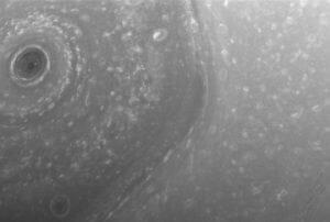巨大な土星の六角形。カッシーニ、土星周回の新ミッションより初画像送信