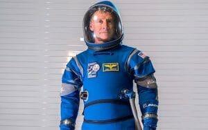 ボーイング、真っ青な「新宇宙服」初披露 スターライナー宇宙船で利用