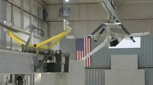 DARPA、飛行ドローンの空中回収システムを開発 まるで航空母艦への着艦?