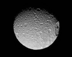 土星のデス・スターこと衛星「ミマス」、カッシーニが詳細画像を撮影