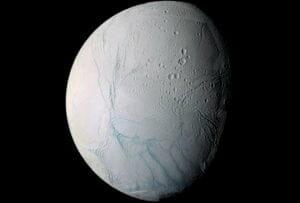 土星衛星「エンケラドゥス」 地下の海が地表近くまで接近か
