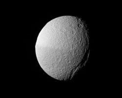 土星衛星「テティス」の巨大峡谷 カッシーニが激写