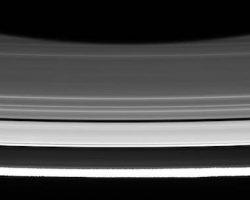 土星と環の間に「なにもない空間」 探査機カッシーニ発見