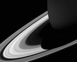 土星の影が環に落ちる感動の画像 カッシーニ撮影