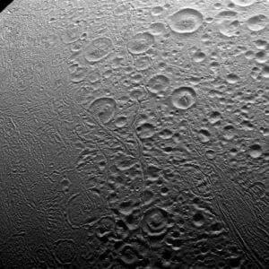 土星衛星「エンケラドゥス」のボコボコな北極付近 カッシーニが接写