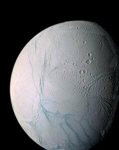 土星衛星「エンケラドゥス」、小惑星衝突で回転していた?