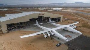 世界最大のロケット打ち上げ用航空機「ストラトローンチ」披露 MS創業者が指揮