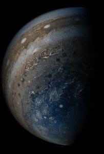 木星の南極と渦巻く嵐 探査機ジュノーが撮影