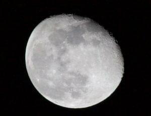 月には思った以上に「水」がある? 水分含んだ火砕物が極以外にも分布か