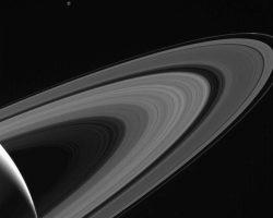 土星の輪と照らし出された小さな衛星「テティス」 カッシーニが撮影