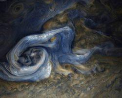 木星のおどろおどろしい嵐 探査機「ジュノー」撮影