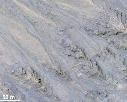 火星表面の縞模様は流れる砂で、水の跡ではなかった? 最新研究より