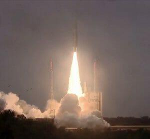 「アリアン5」ロケット打ち上げ成功 EU版GPS「ガリレオ」航法衛星を4基投入