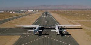 世界最大翼長のロケット打ち上げ機「ストラトローンチ」、滑走路の自力移動に成功