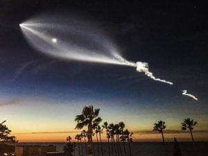 スペースX、LAの空に「ファルコン9」ロケットで不思議な模様を描き出す
