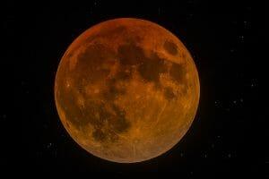 ソニー「α7R III」が超高画素で捉えた「赤いブルームーン」