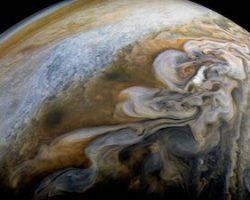 木星の渦巻く雲をジュノーが撮影
