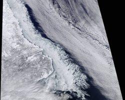 宇宙から見た陸地と氷、海、雲の交差点