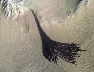 火星にできた、ほうきのような縞模様