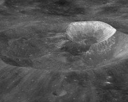 NASAの科学者の名前が与えられた月クレーター