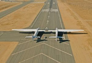 ロケット打ち上げ用巨大航空機「ストラトローンチ」 初飛行に向けタキシング