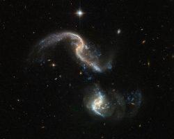 合体する銀河をハッブルが捉える